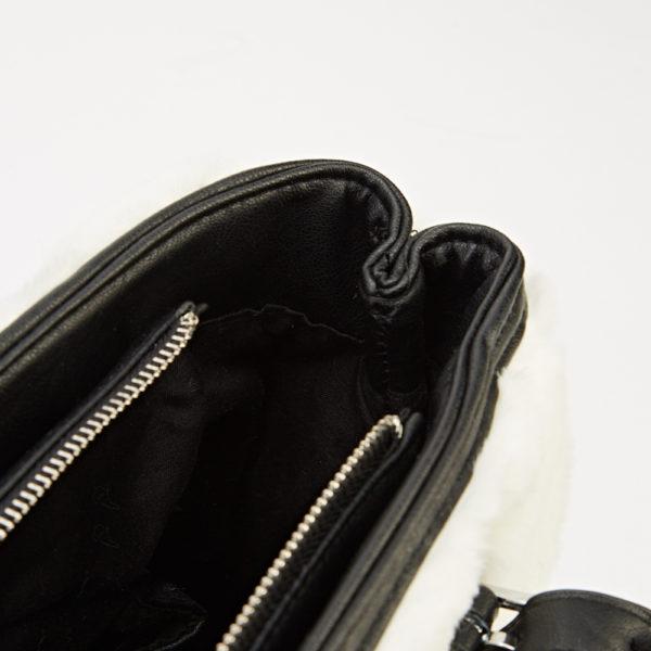 Fekete zipzáros váll/kézi táska, fehér műszőrme borítással