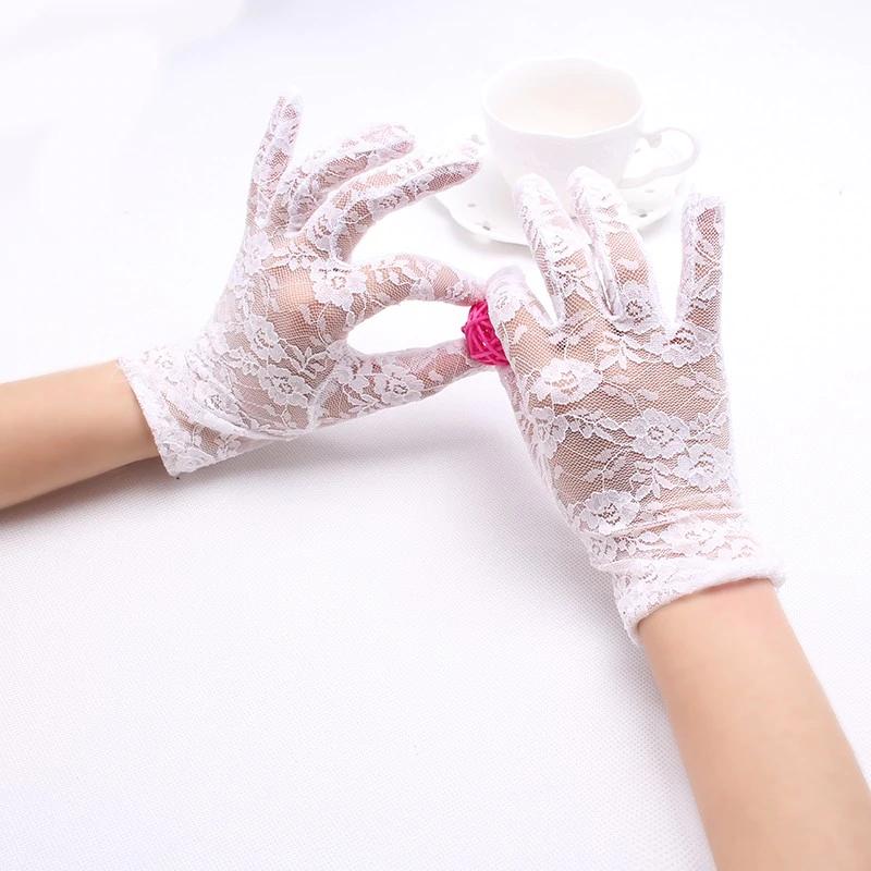 fehér csipkekesztyű virágmintás